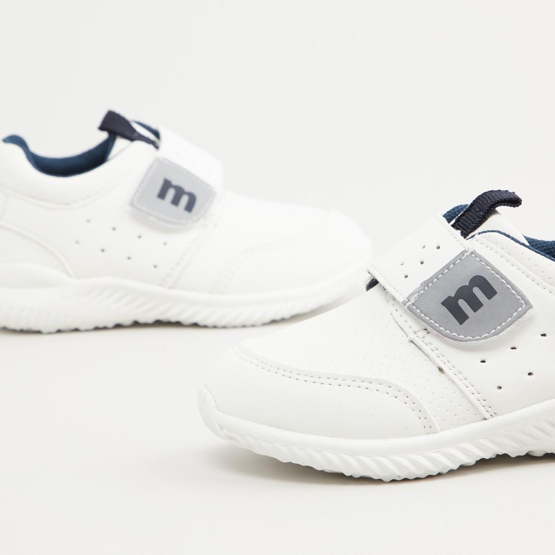 حذاء بكاحل منخفض مثقّب بخطّاف وحلقة إغلاق
