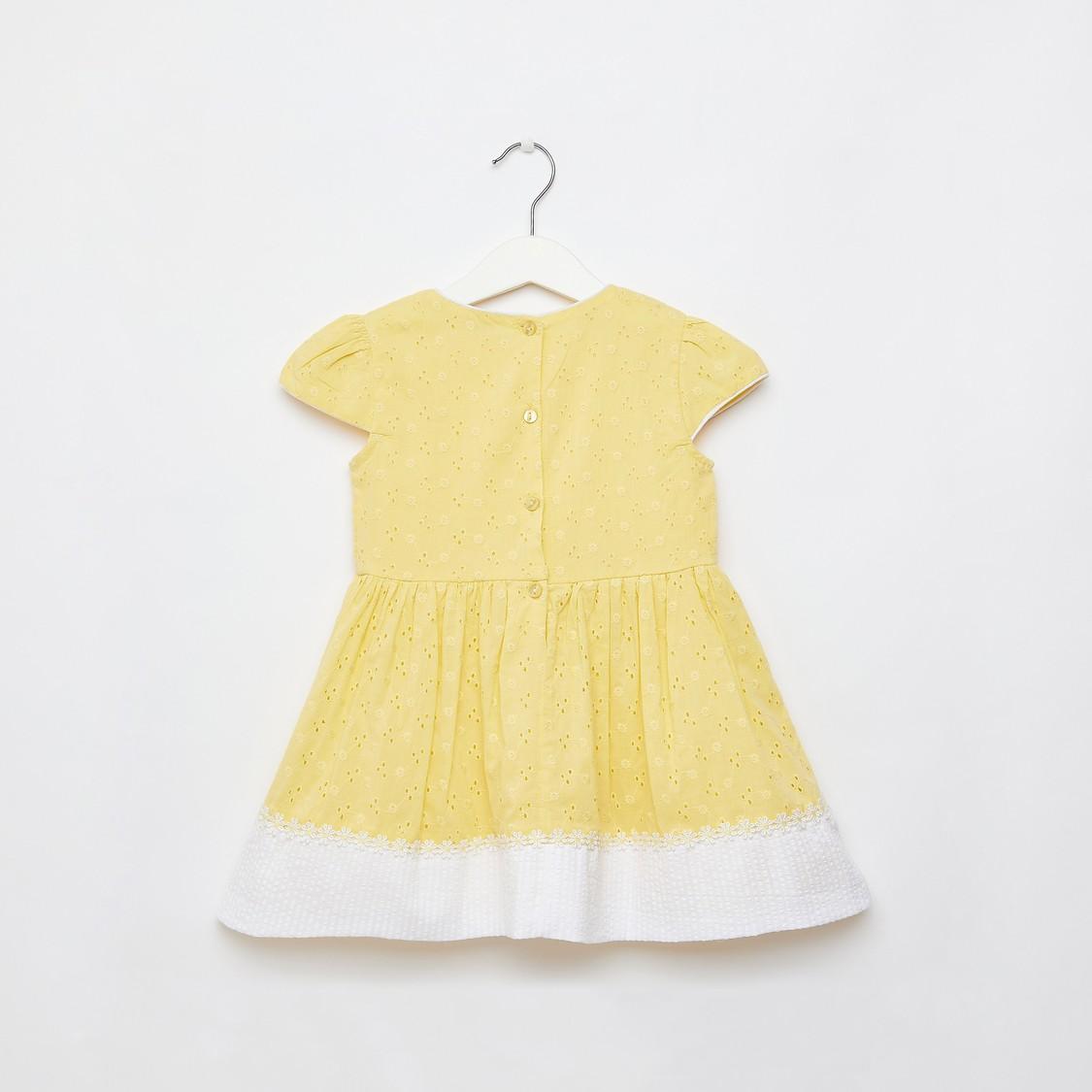 فستان بأكمام كاب وتفاصيل شيفلي