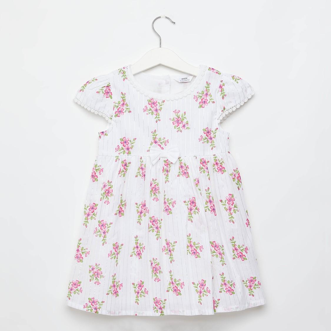 فستان بتفاصيل دانتيل وأكمام كاب وطبعات أزهار بالكامل