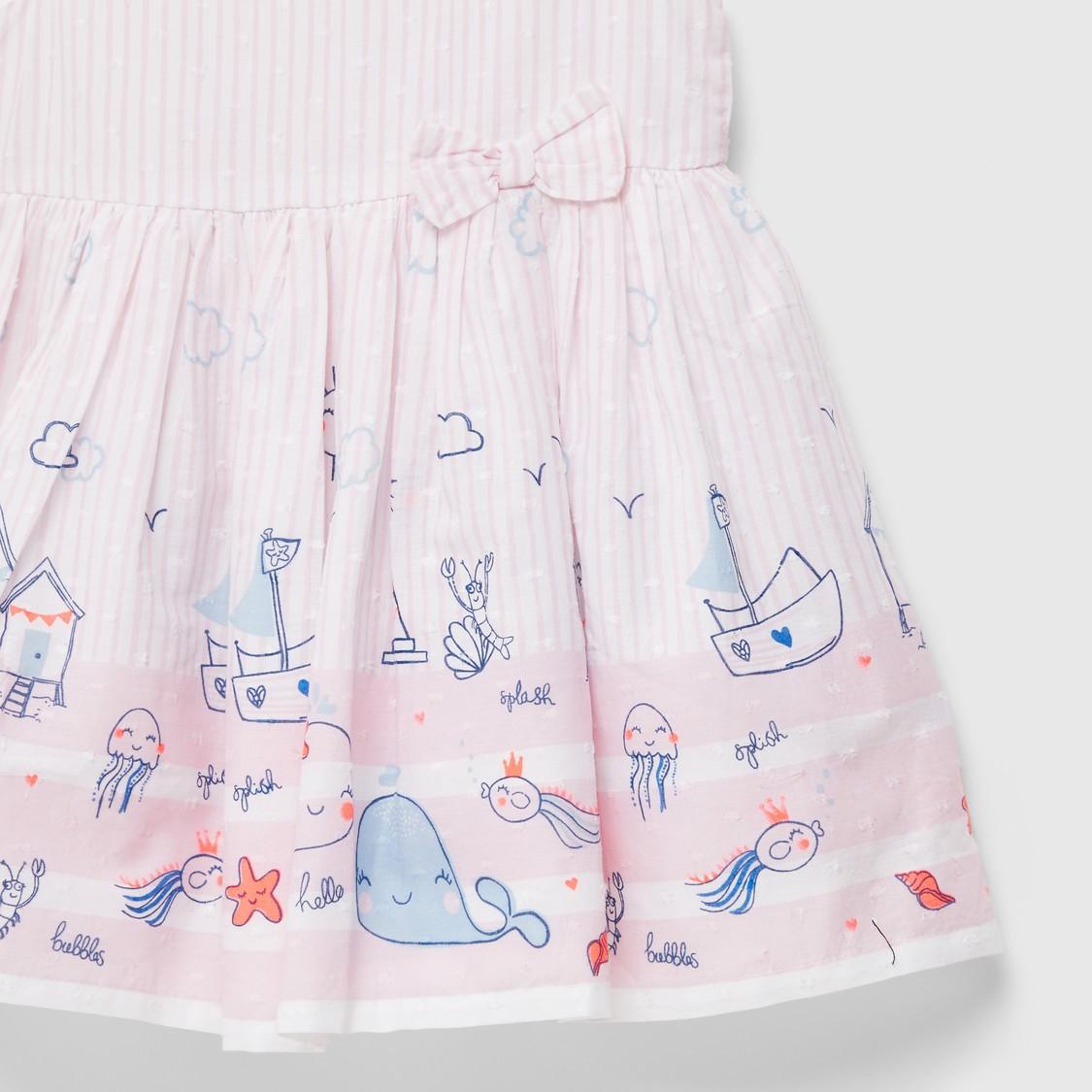 فستان بأكمام كاب وأزرار إغلاق بطبعات