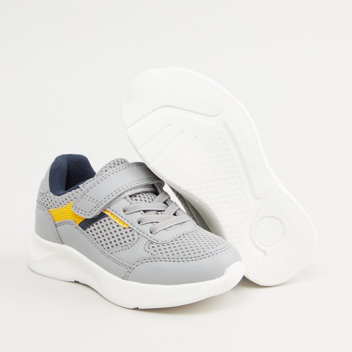 حذاء رياضي بتفاصيل شبكيّة ومكبس إغلاق