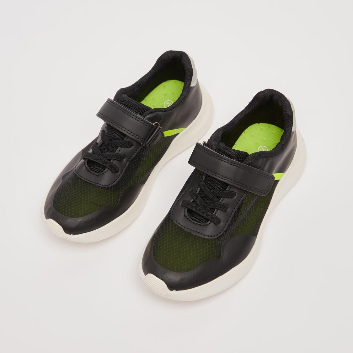 حذاء رياضي بارز الملمس بشريط وحلقة إغلاق