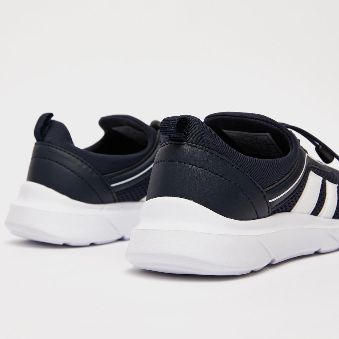 حذاء سنيكرز بارز الملمس بتفاصيل مخططة ورباط إغلاق
