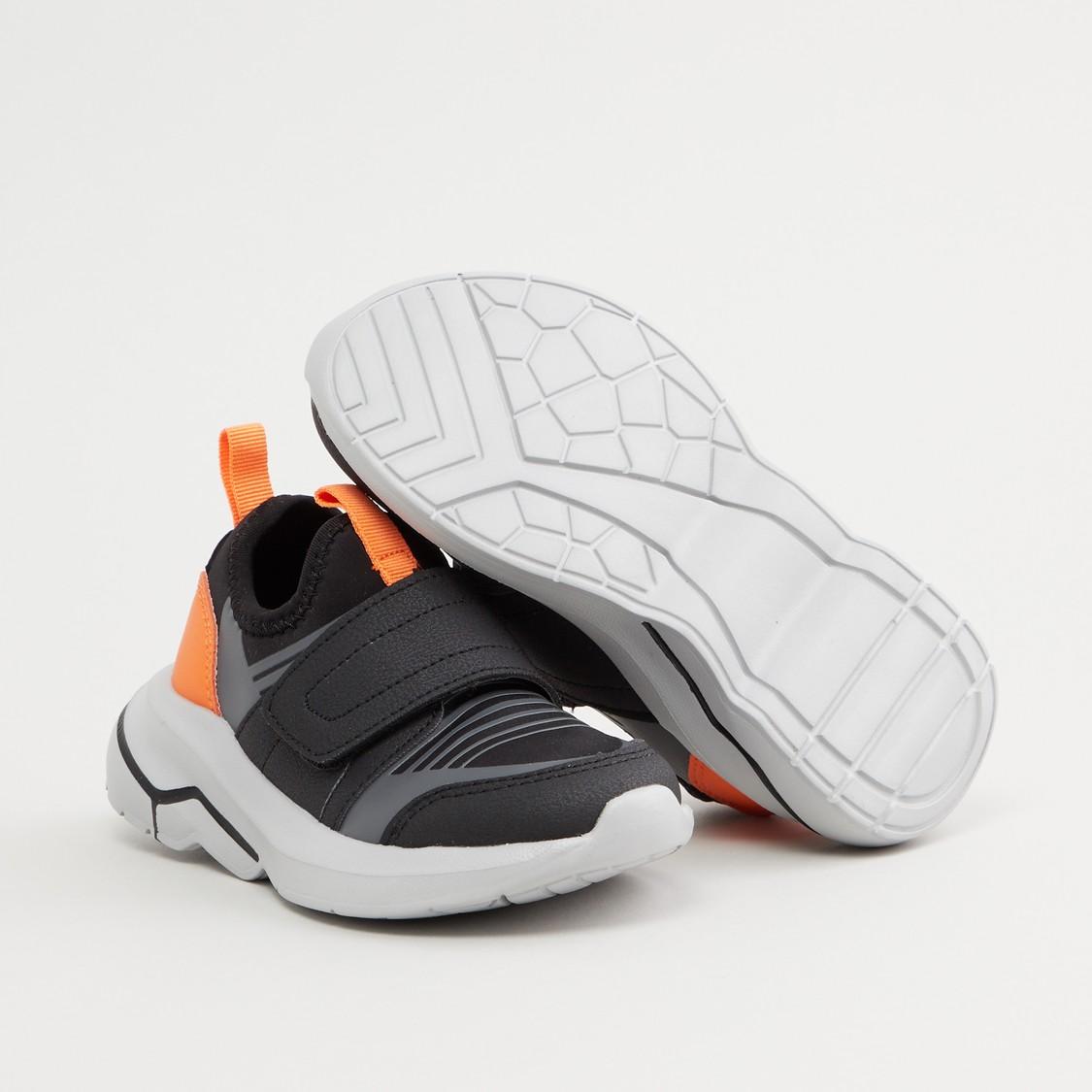 حذاء رياضي بارز الملمس بخطّاف وحلقة إغلاق