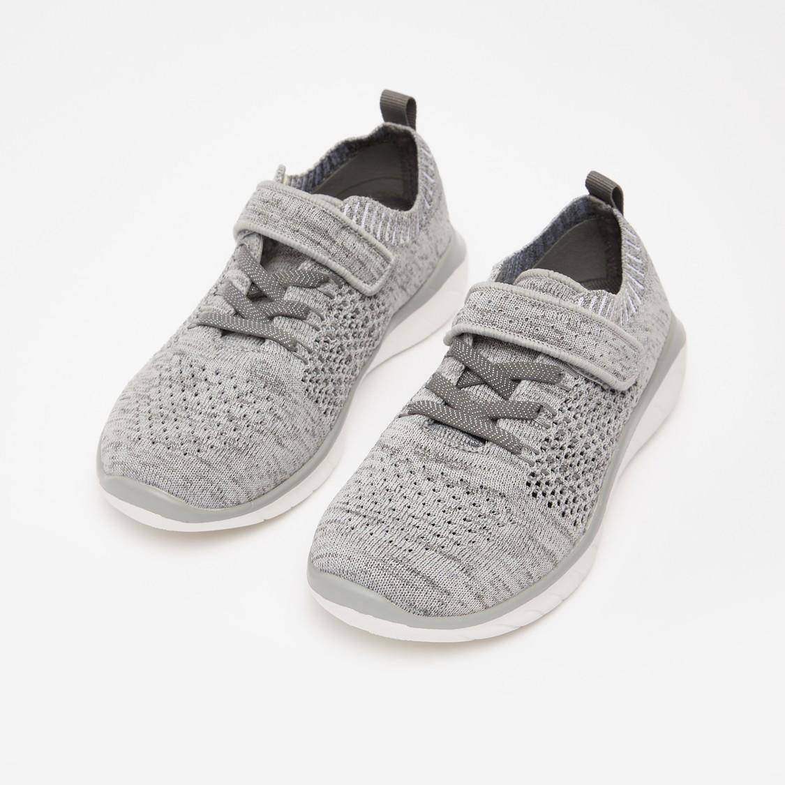حذاء رياضي بارز الملمس مع لسان سحب وتفاصيل مثقّبة