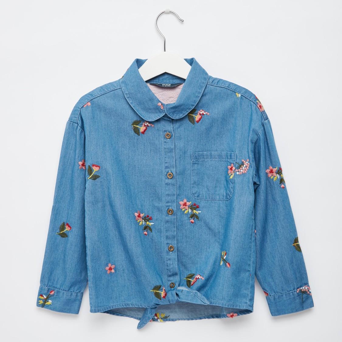 قميص دينم بتفاصيل مطرّزة وأكمام طويلة وتفاصيل عقدة
