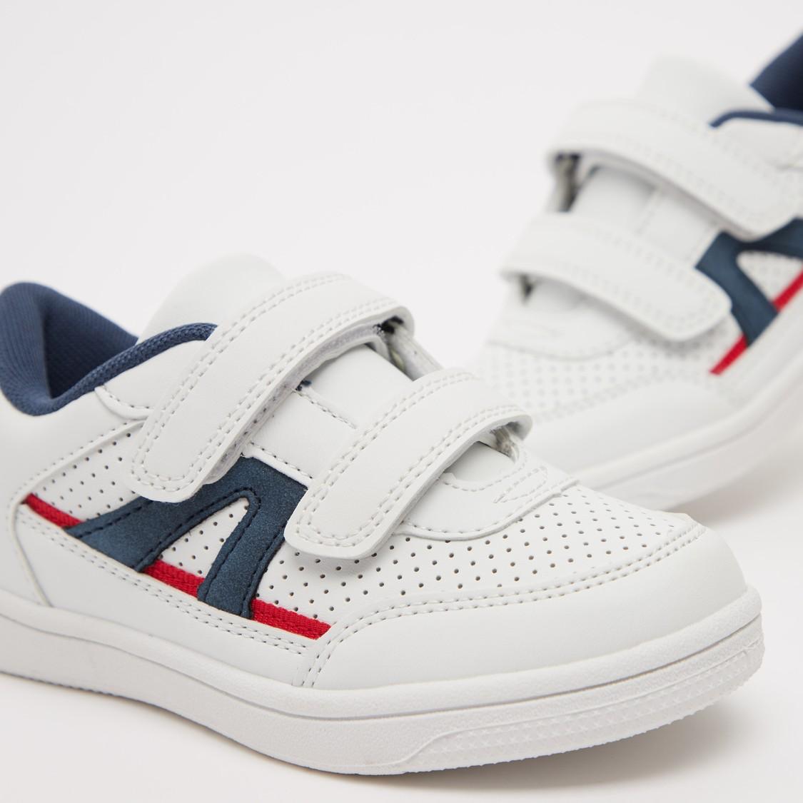حذاء سنيكرز بشريط إغلاق و تفاصيل مثقبة