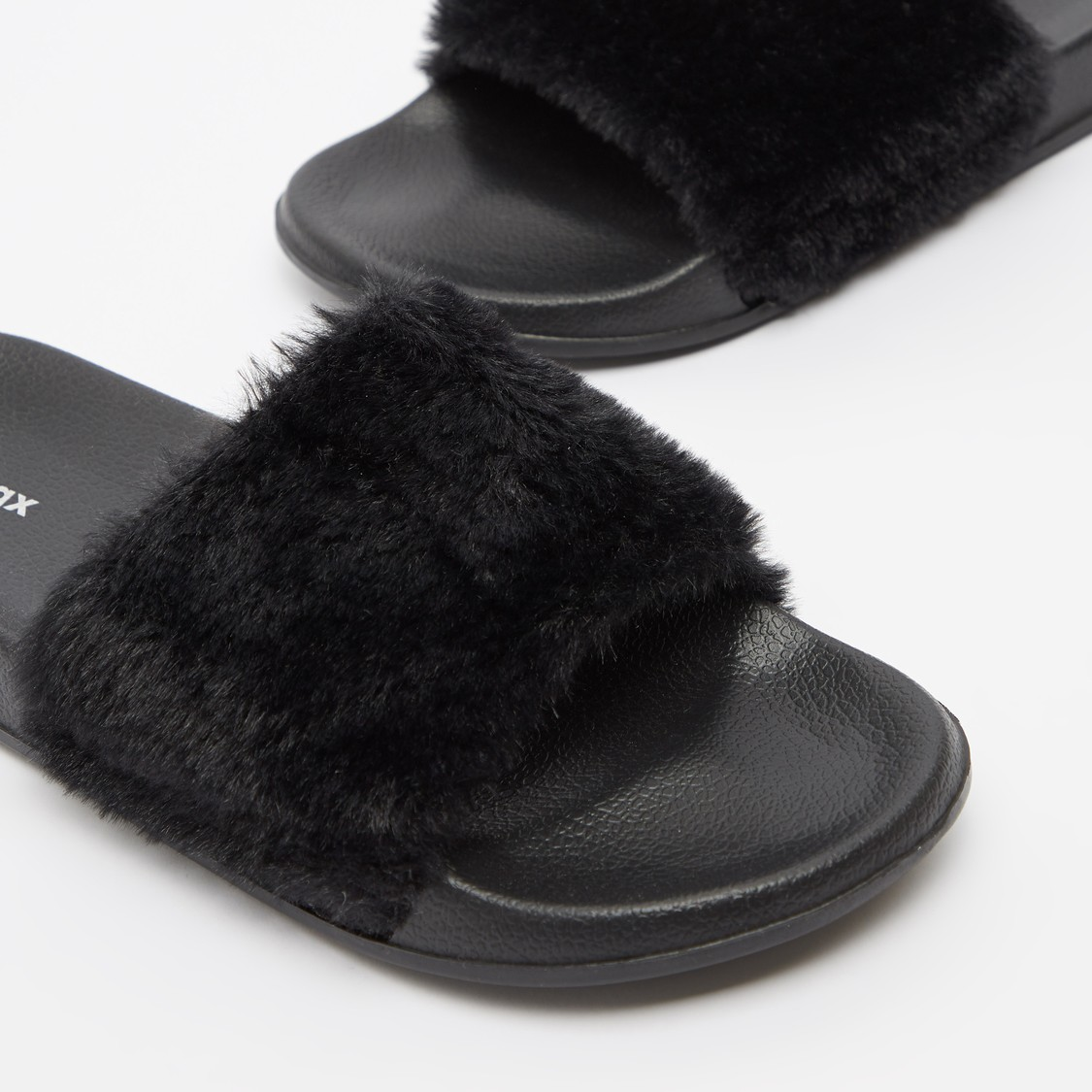 حذاء خفيف للشاطئ بتفاصيل قطيفة