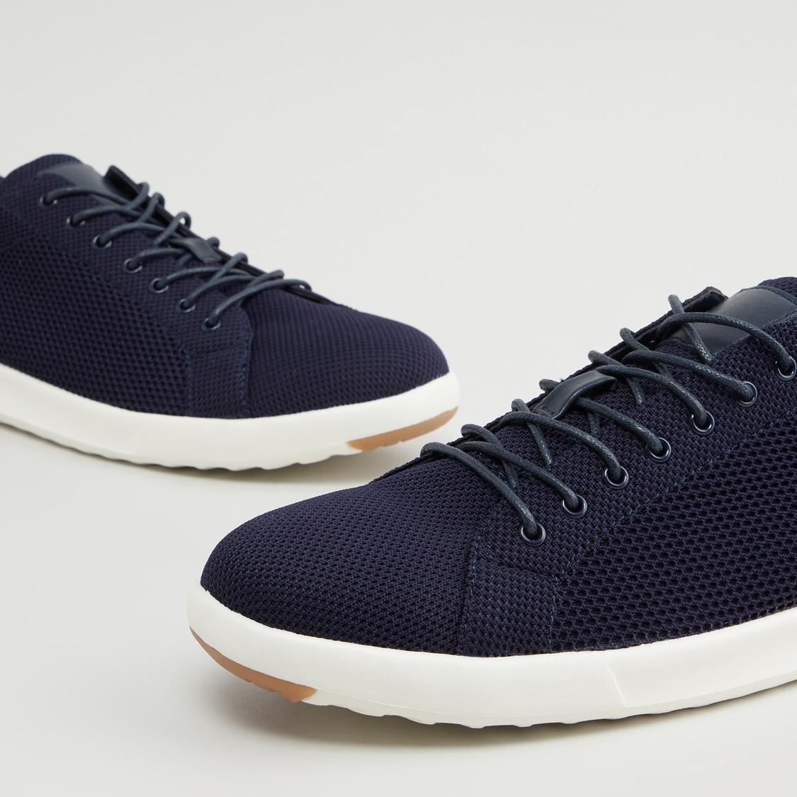 حذاء مشي بارز الملمس سهل الارتداء بتفاصيل دانتيل