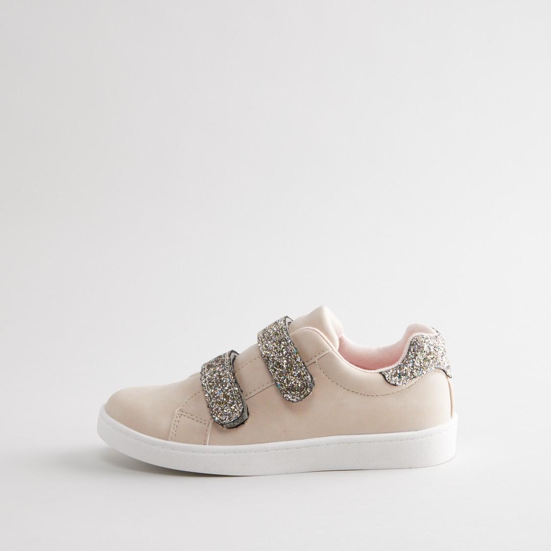 حذاء بارز الملمس بكاحل منخفض مع خطّاف وحلقة إغلاق