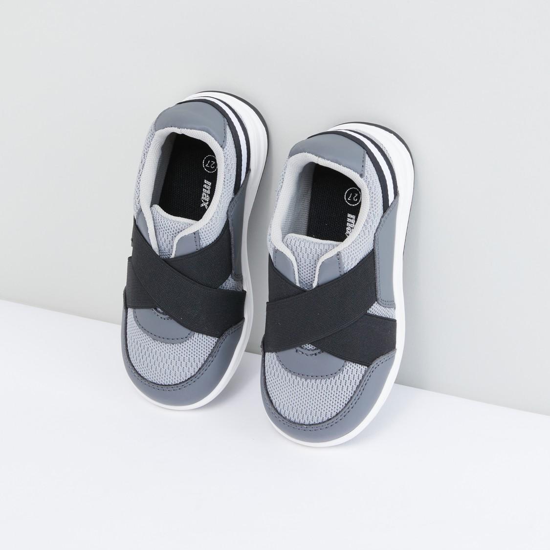 حذاء رياضي بحزام متقاطع