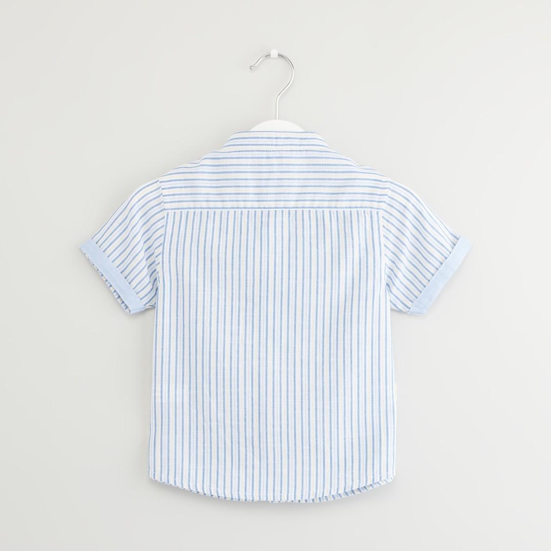 قميص مخطط بأكمام قصيرة وزخارف فيونكة
