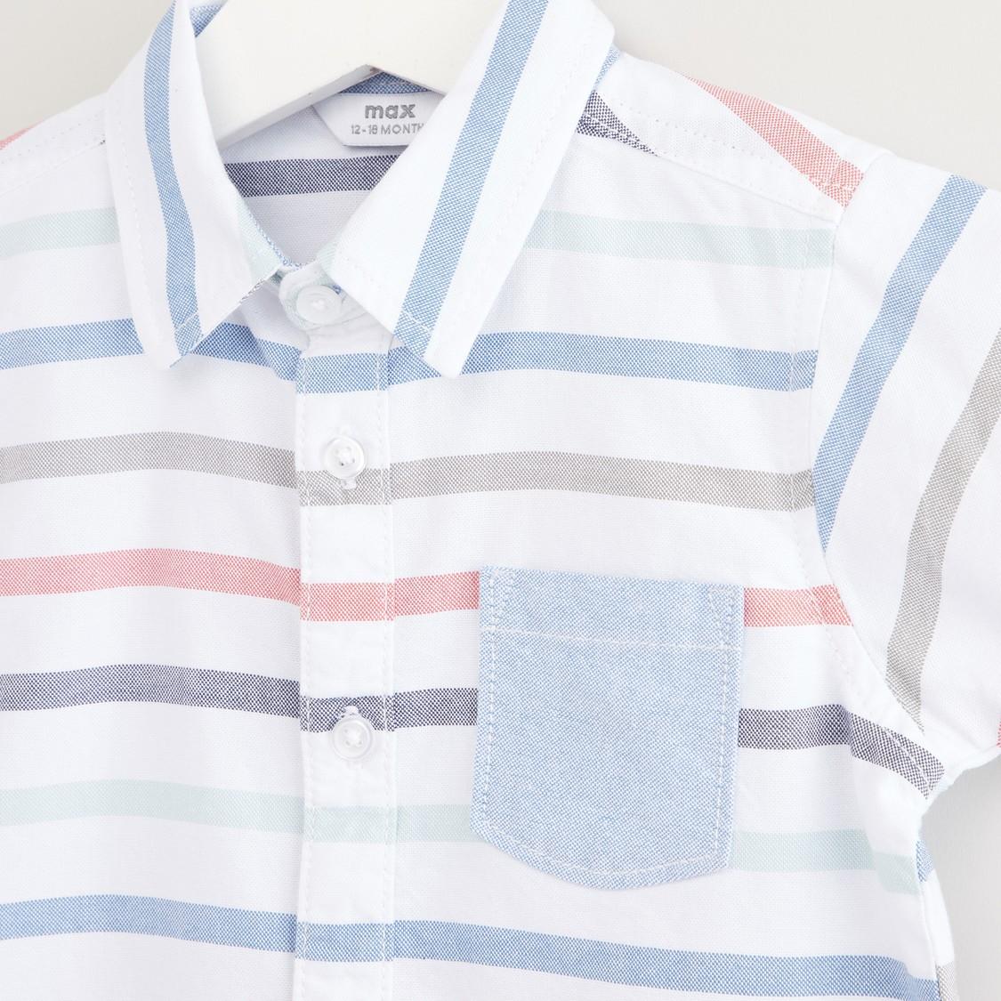 قميص مخطّط بأكمام قصيرة وشورت دينم