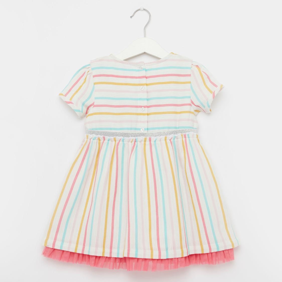 فستان مقلم بياقة مستديرة وأكمام قصيرة