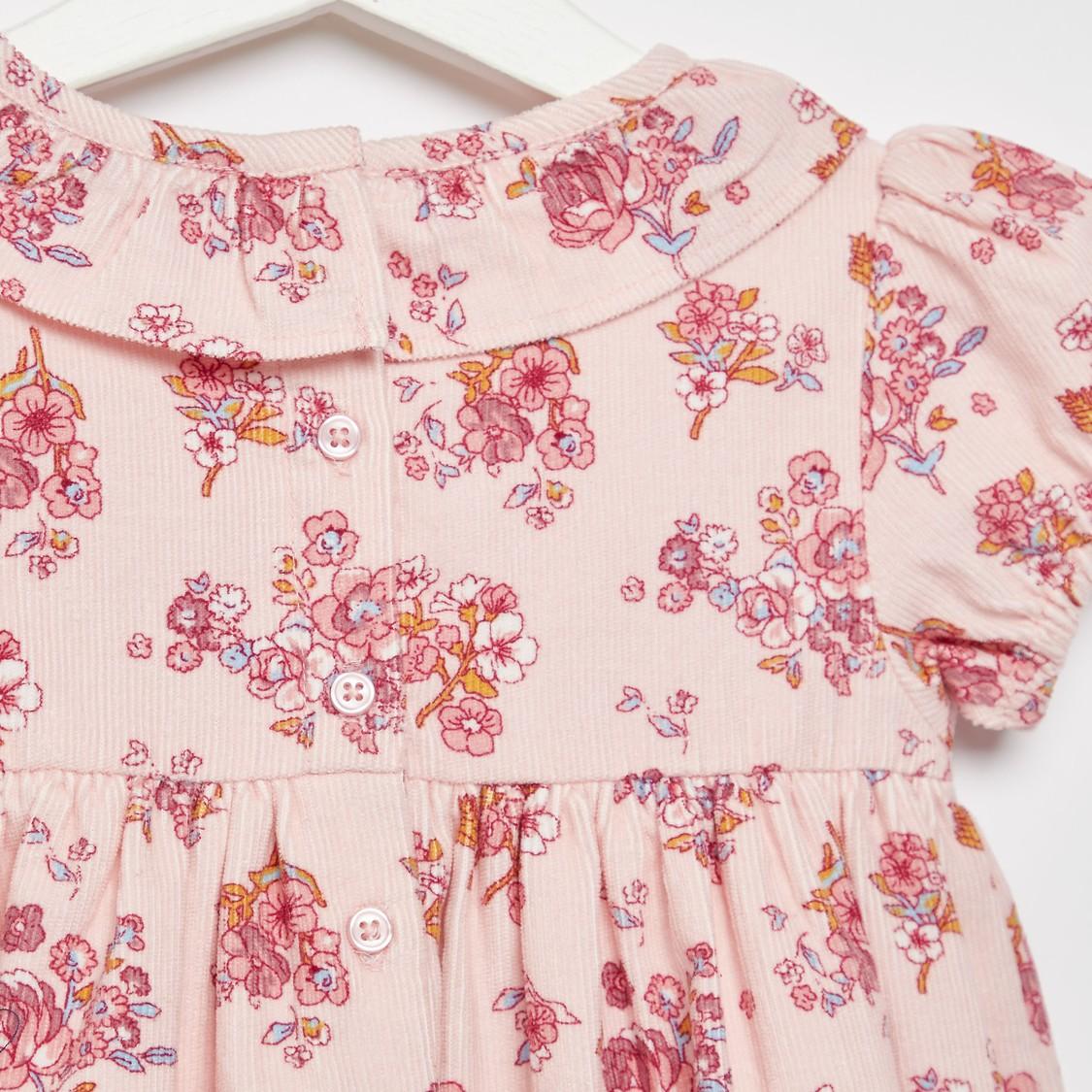 فستان بأكمام كاب و طبعات أزهار وتفاصيل كشكشة