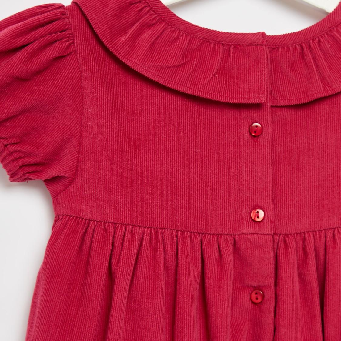 فستان بارز الملمس بطول الركبة مع أكمام قصيرة وتفاصيل كشكشة