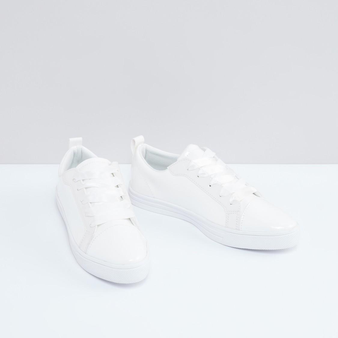 حذاء سنيكرز برباط ودرزات