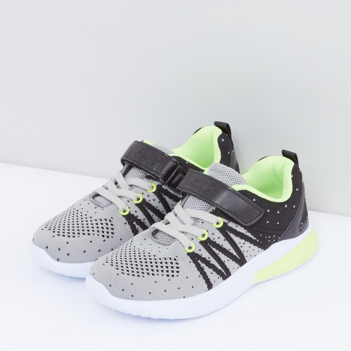 حذاء رياضي بشريط إغلاق وطبعات
