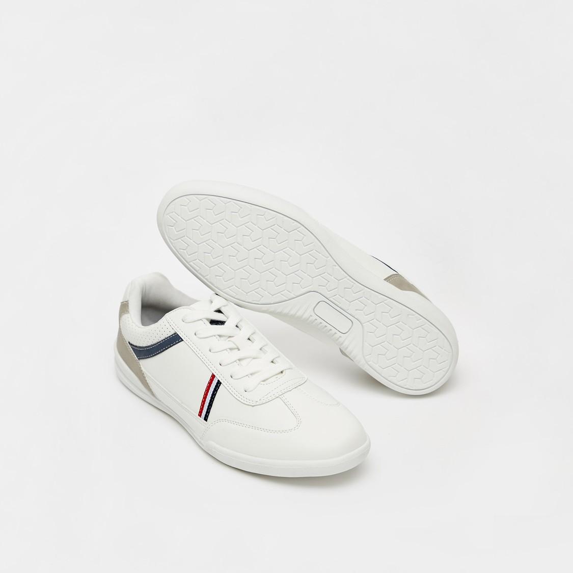 حذاء سنيكرز بتفاصيل مخططة ورباط رغلاق