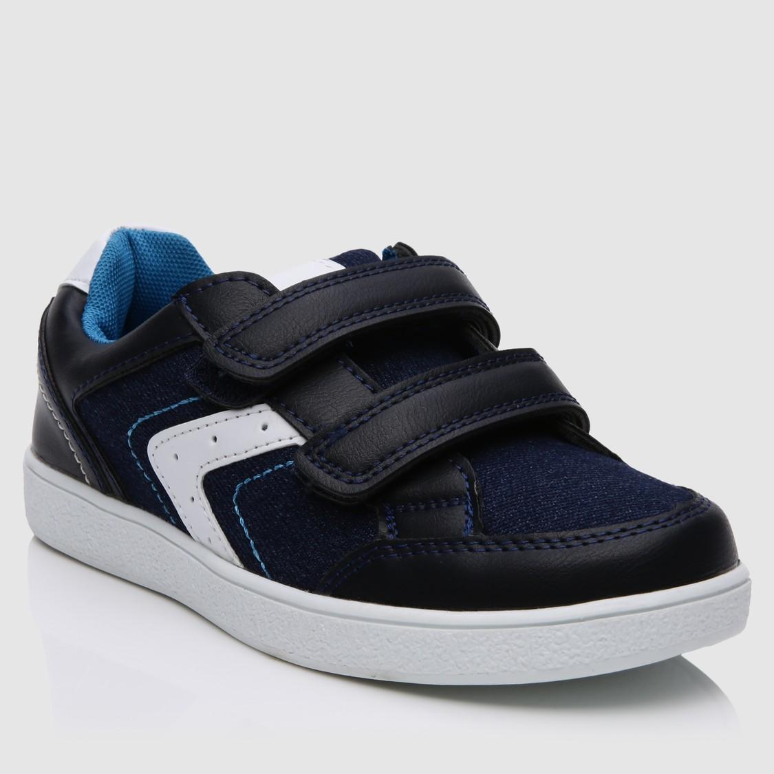 حذاء سنيكرز مع خطاف وحلقة للإغلاق
