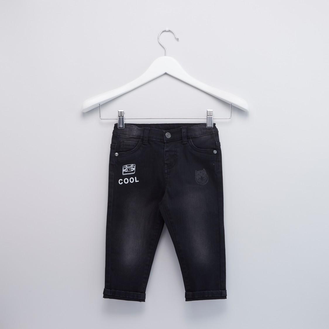 بنطلون جينز بطبعات مع  تفاصيل جيوب وحزام بحلقات