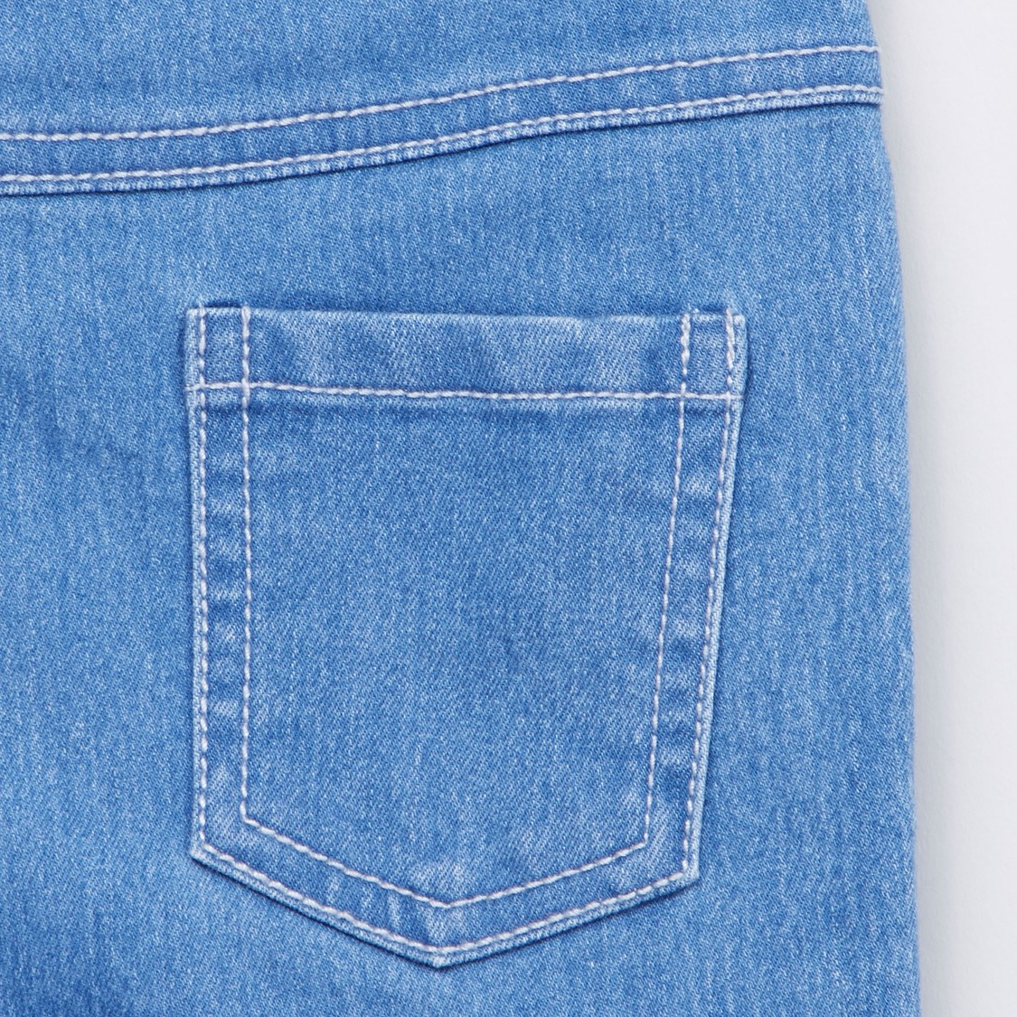 بنطلون جينز بطبعات أرنب مع تفاصيل مزخرفة وحزام