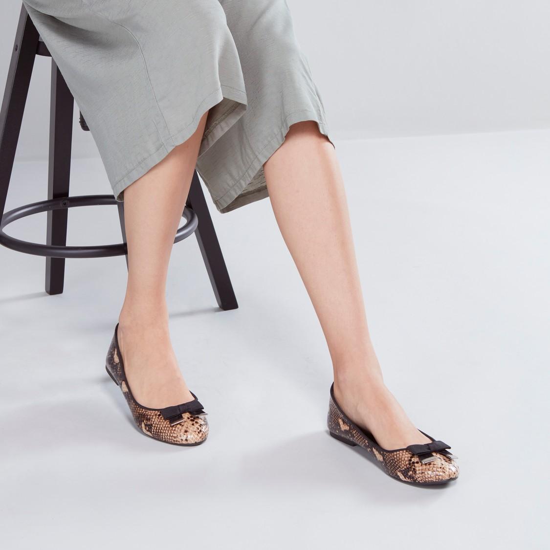 حذاء باليرينا مزين بفيونكة وبملمس بارز