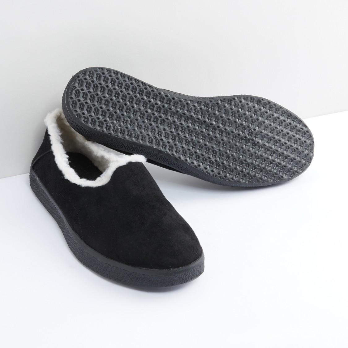 حذاء سهل الارتداء وبارز الملمس بتفاصيل قطيفة