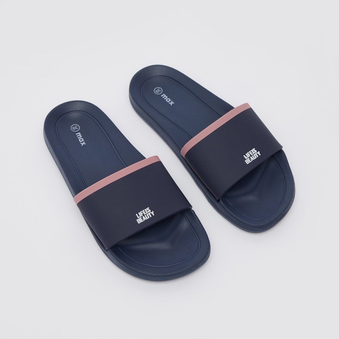 حذاء خفيف بقوالب ملوّنة منقوشة بتفاصيل شعار