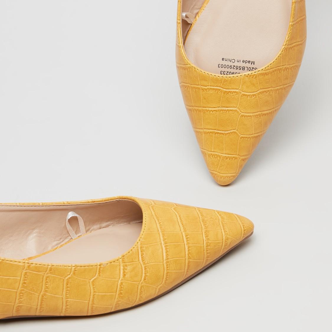 حذاء مسطح بارز الملمس بحزام خلفي بإبزيم إغلاق بدبوس