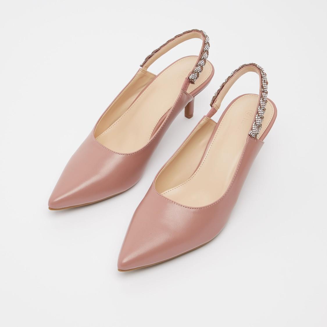 حذاء بكعب صغير بحزام خلفي مرصّع بارز الملمس