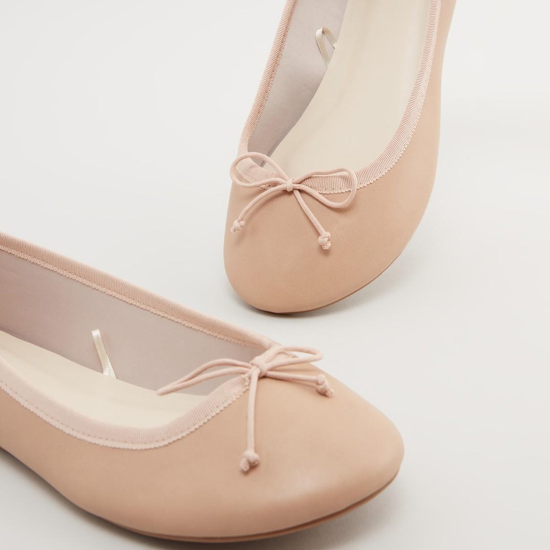 حذاء باليرينا بمقدمة مستديرة مع زينة فيونكة