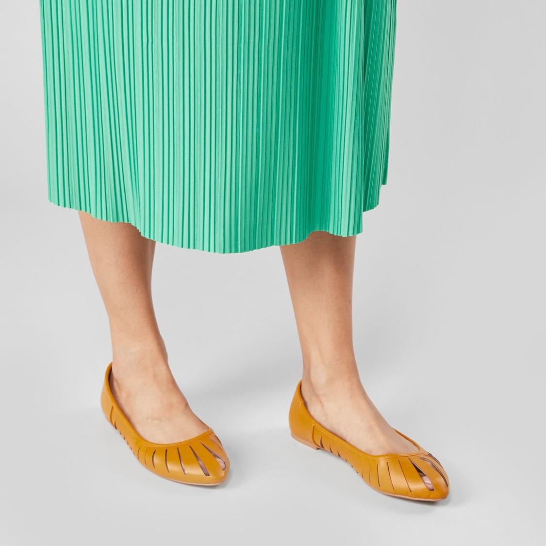 حذاء باليرينا بارز الملمس بكعب مكدّس