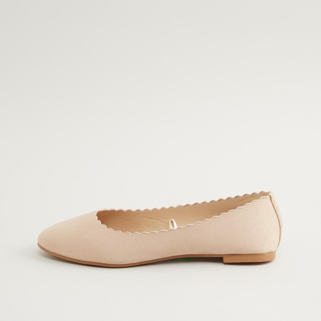 حذاء باليرينا سهل الارتداء بتفاصيل صدفية