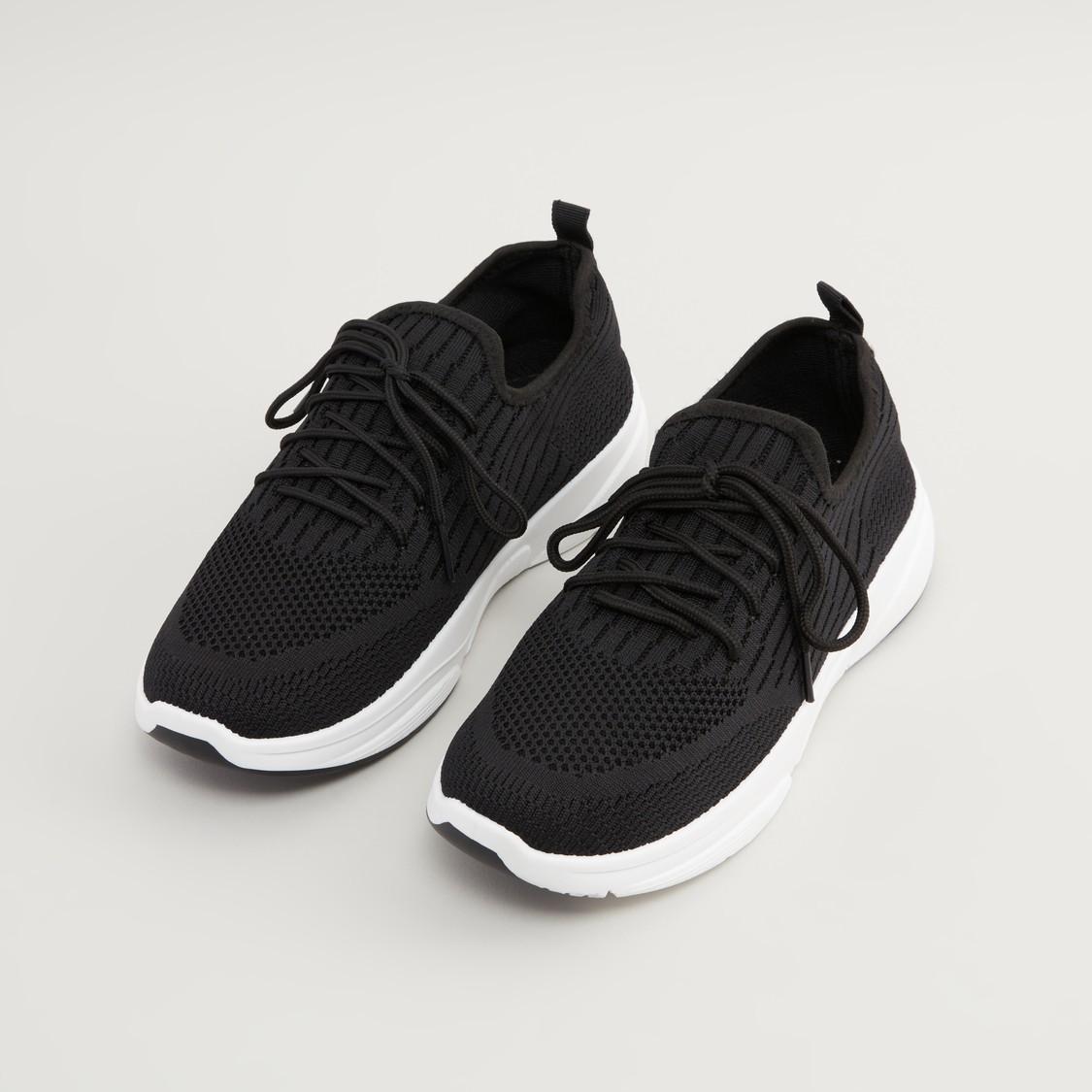 حذاء رياضي بارز الملمس برباط