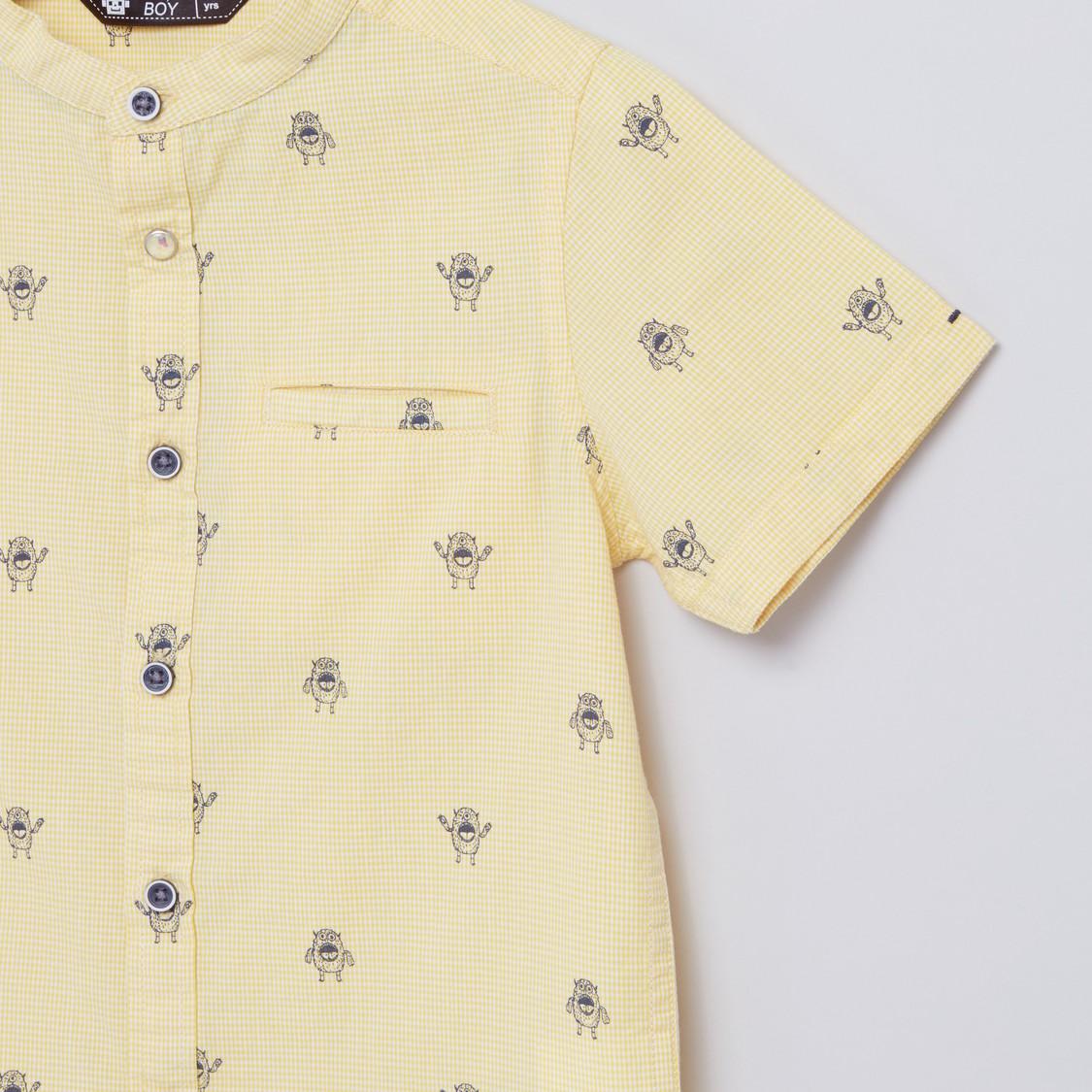 قميص بأكمام قصيرة وياقة ماندارين وطبعات