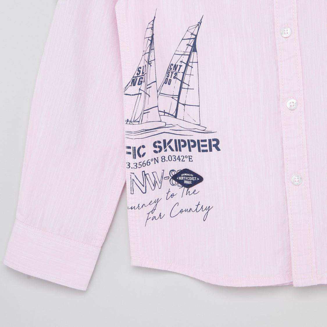 قميص بطبعات جرافيك وأكمام طويلة وجيب بزر