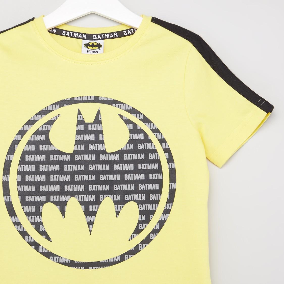 طقم تيشيرت بياقة مستديرة وطبعات باتمان وشورت بجيوب