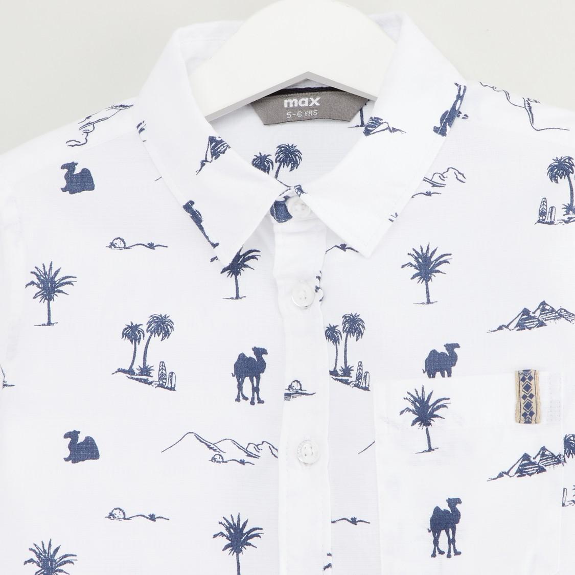 قميص بطبعات بأكمام طويلة وألسنة تثبيت بأزرار
