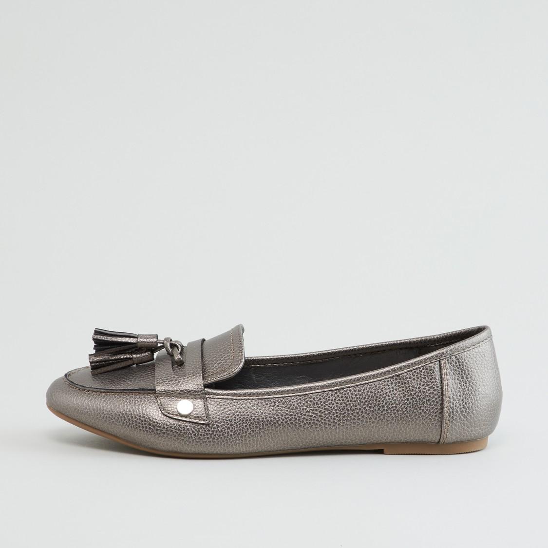 حذاء سهل الارتداء بارز الملمس مع تفاصيل شرّابات