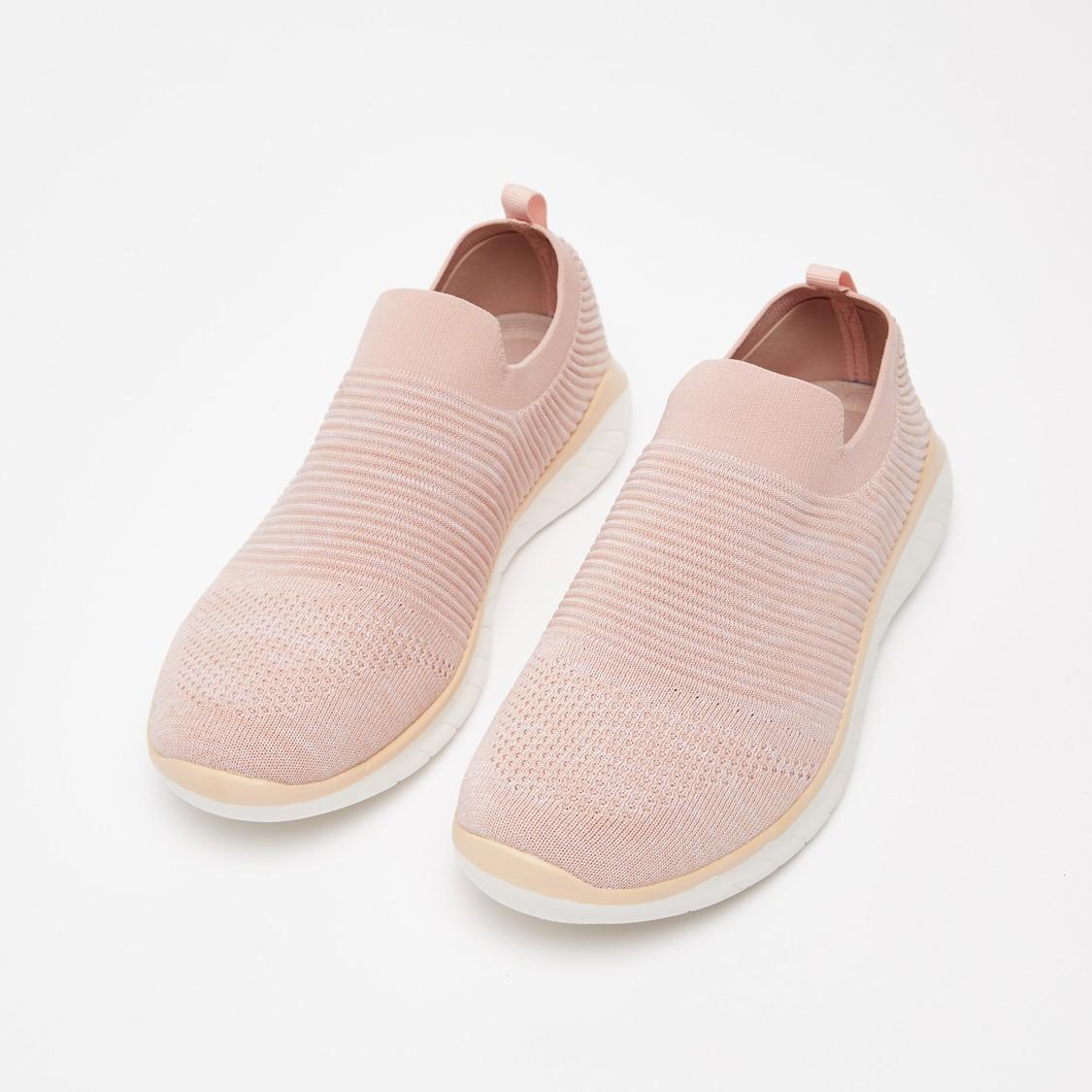 حذاء بارز الملمس سهل الارتداء بأطراف مطاطية ولسان سحب
