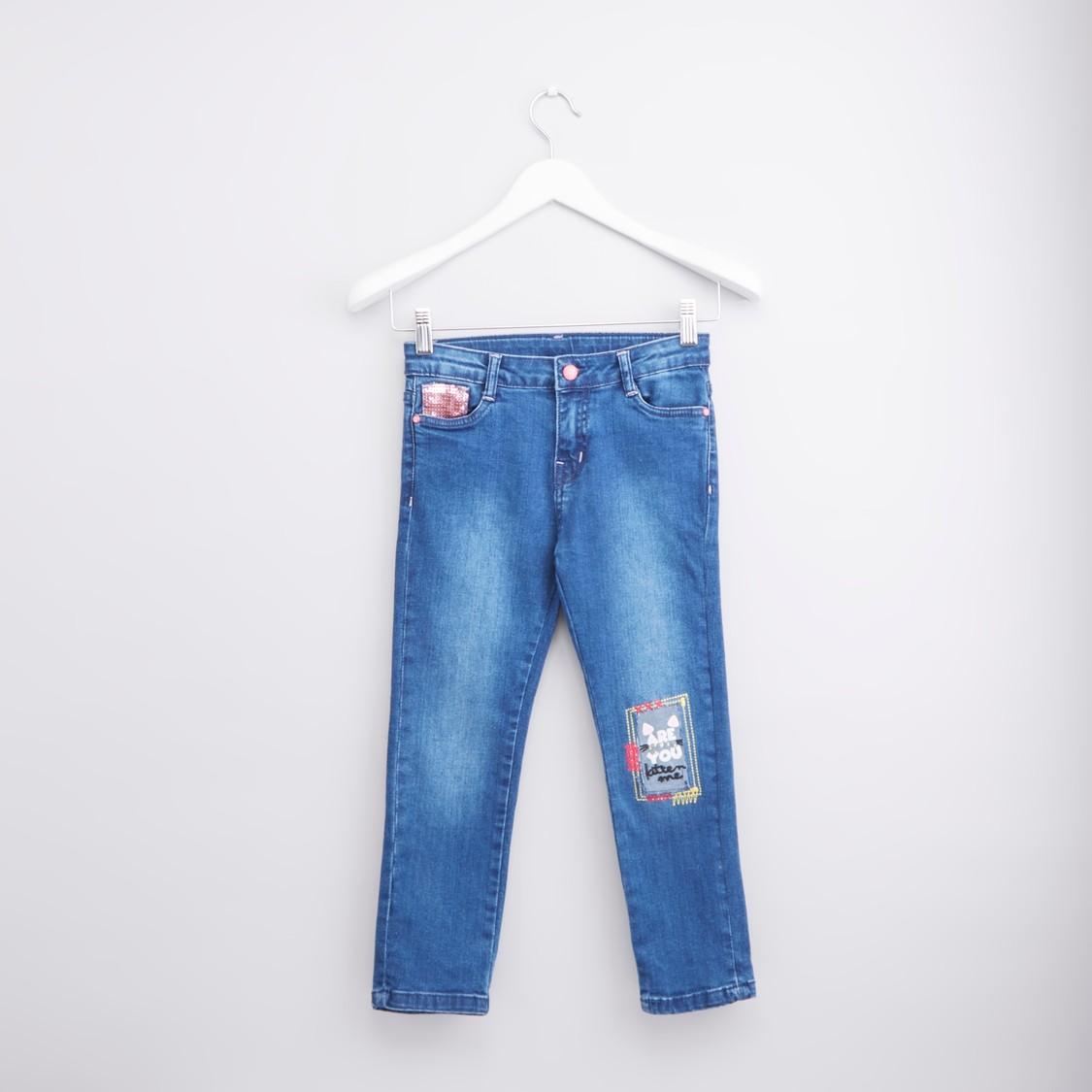 بنطال جينز بطبعات مع  تفاصيل جيوب وحزام بحلقات