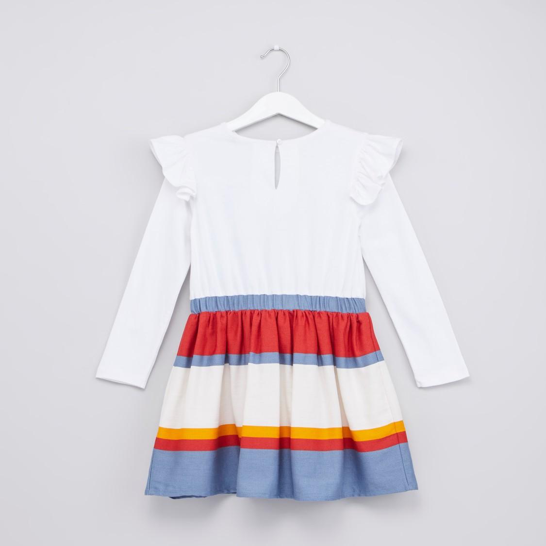 فستان بأكمام طويلة وتفاصيل كشكش وطبعات