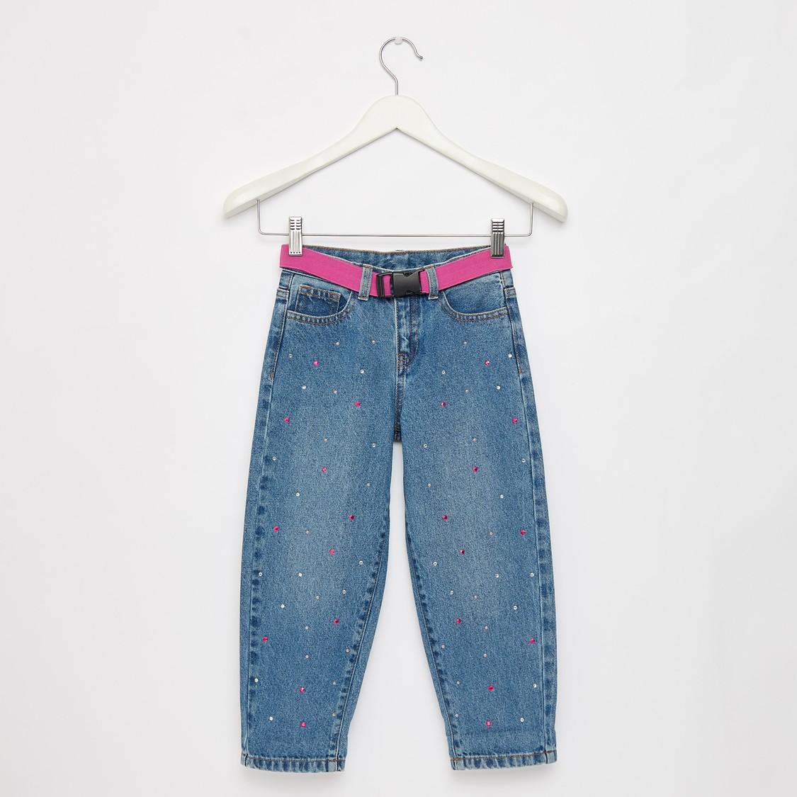 بنطلون جينز مرصّع طويل كومفورت فيت مع حزام وجيوب