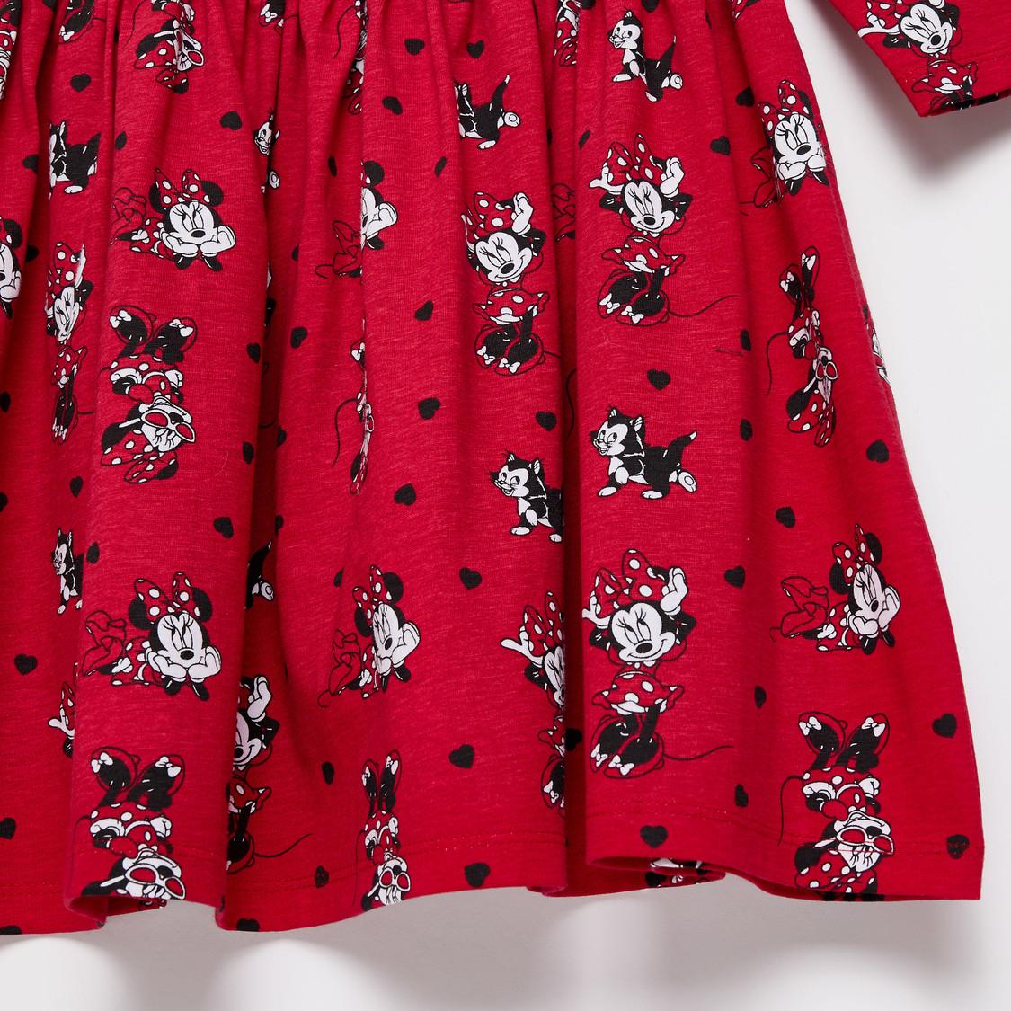 فستان بياقة مستديرة وأكمام طويلة وطبعات ميني ماوس عليه بالكامل