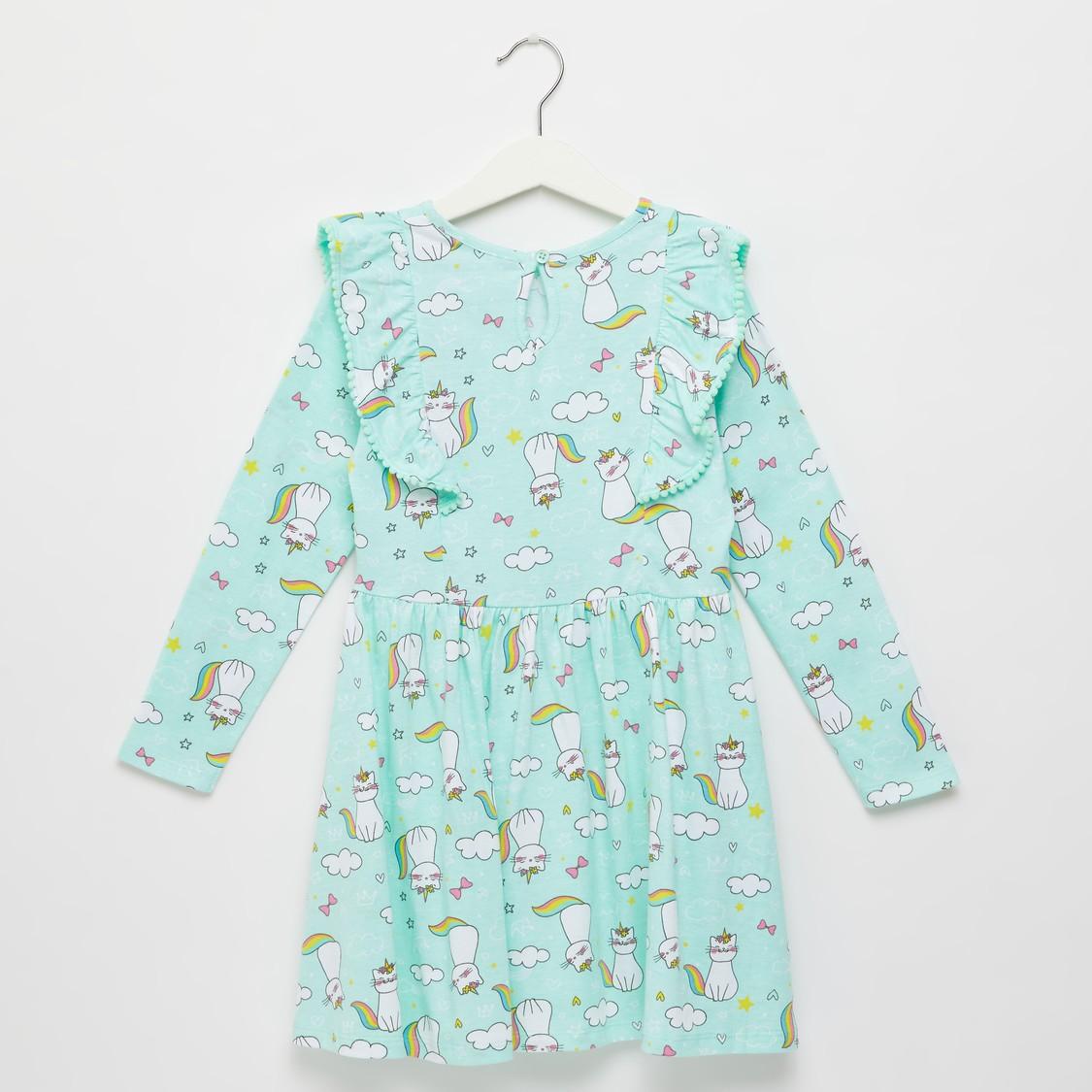 فستان بطبعات كاتيكورن وتفاصيل كشكشة وأكمام طويلة