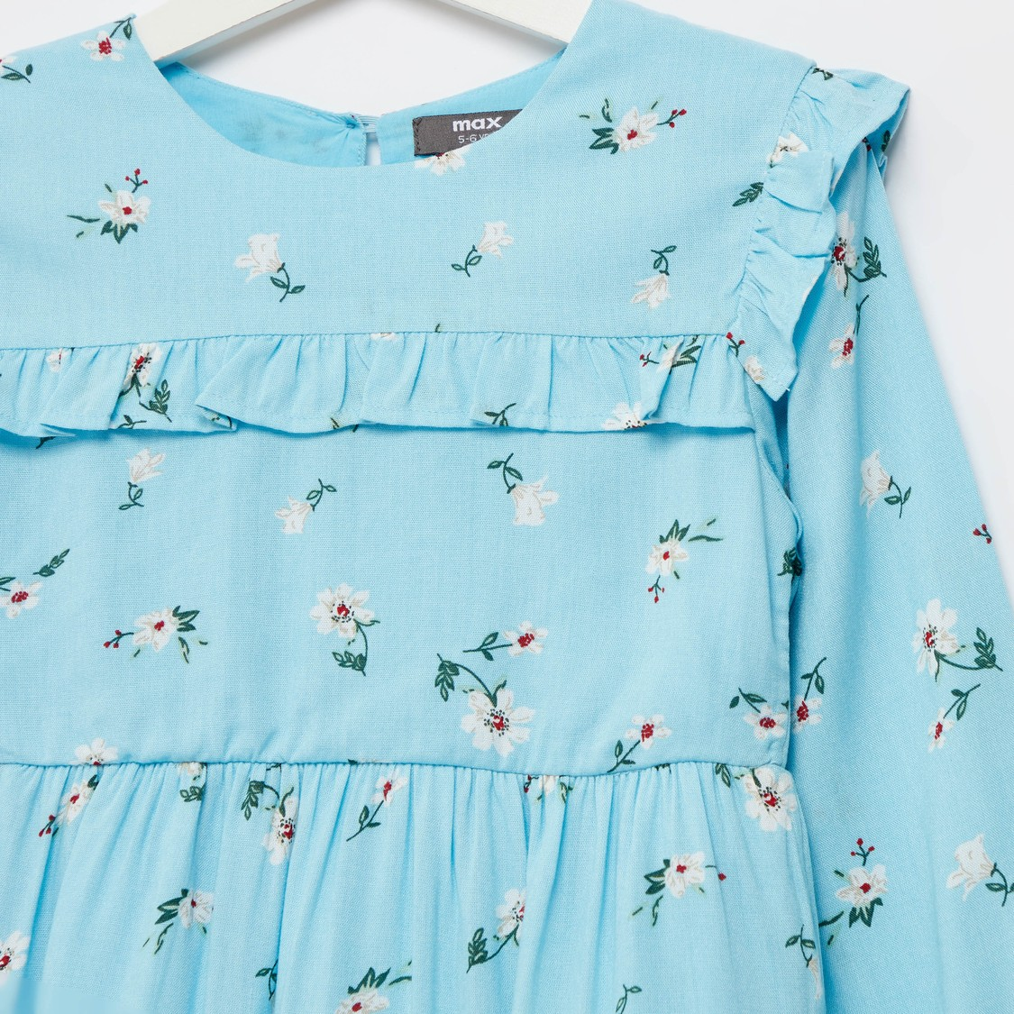 فستان ميدي بطبقات وأكمام طويلة وتفاصيل كشكشة وطبعات أزهار