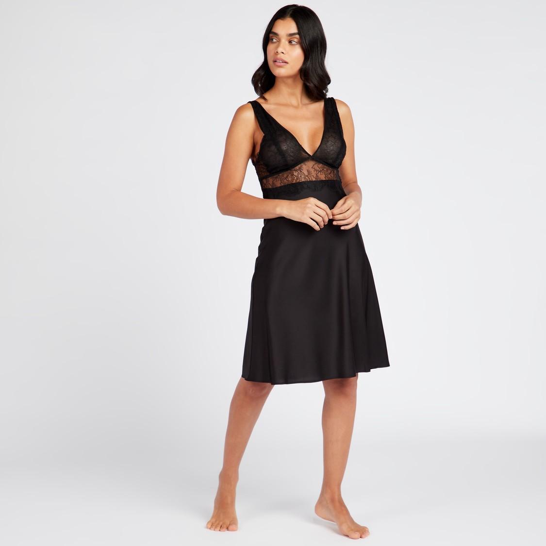 فستان بايبي دول بياقة V وأحزمة قابلة للتعديل و تفاصيل دانتيل
