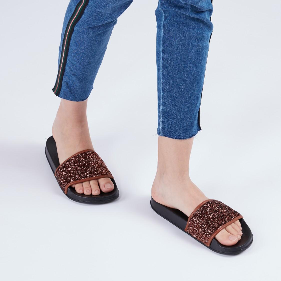 حذاء خفيف بأحزمة مزيّنة