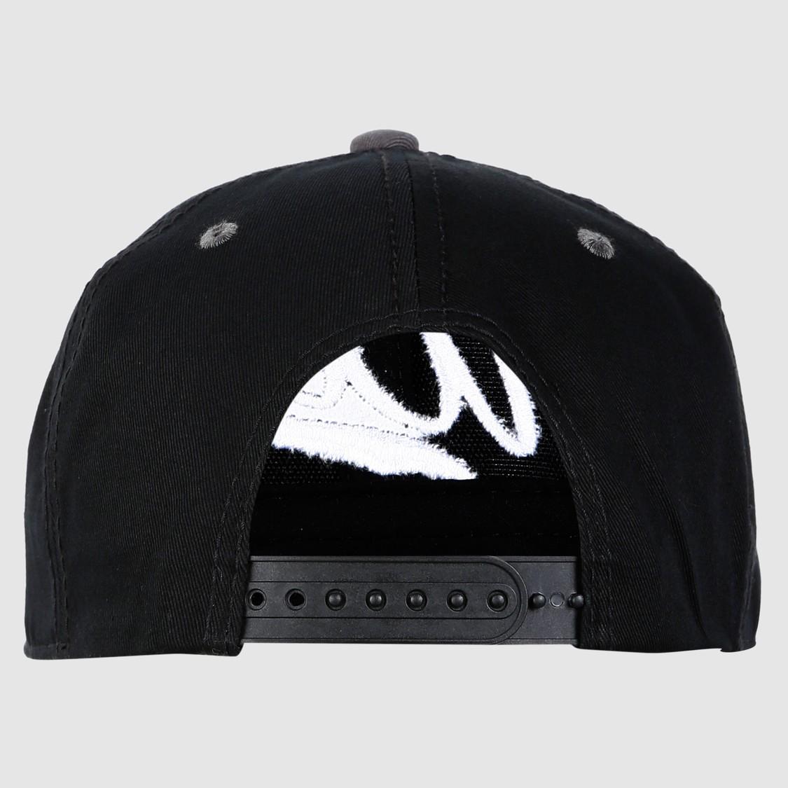 قبعة مطرّزة بزر كبّاس للإغلاق